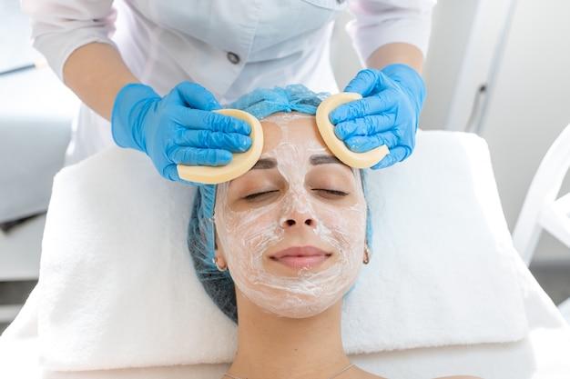 Процедура нанесения косметической маски для ухода за кожей лица и омоложения