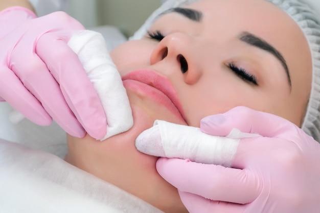 にきびやにきびから顔の皮膚を手動でクレンジングする手順。ビューティーパーラー