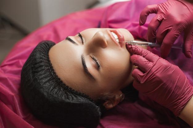 Процедура увеличения губ в салоне красоты