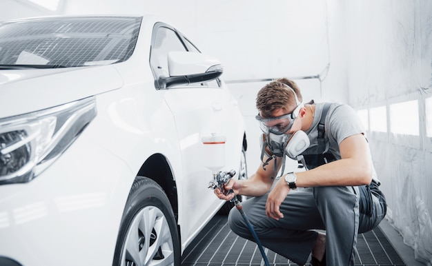 The procedure of painting a car in the service center.