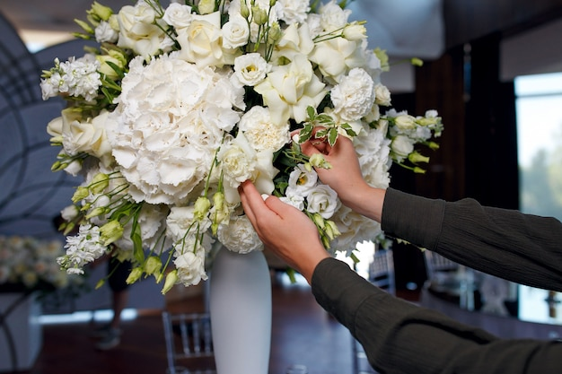 The process of decorating a large bouquet of white roses