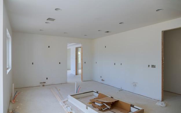 工事中、改造、改修、拡張、修復、および再建のプロセス。