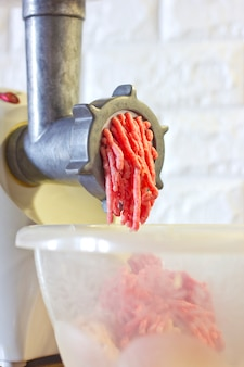 Process of fresh red meat grinding from mincing machine