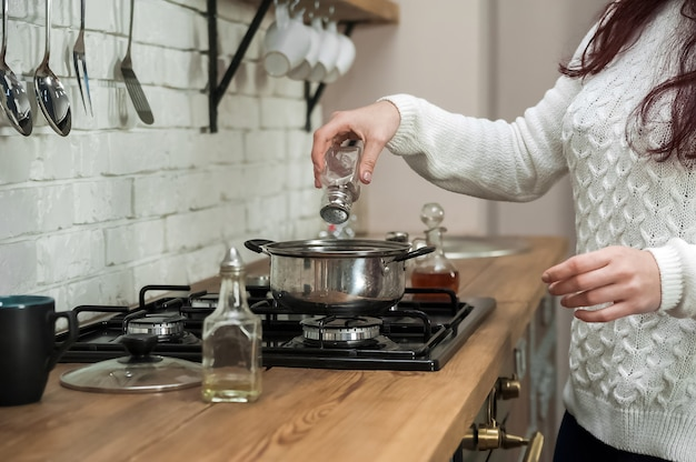 . process of making mulled wine at home in kitchen