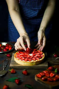 Process of making tart with strawberries
