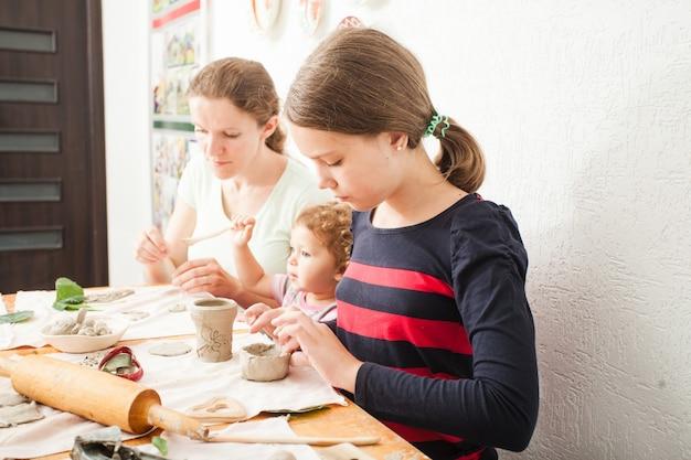 흰색 점토로 모형을 만드는 과정, 소녀들은 수업에서 예술을 만들고 있다