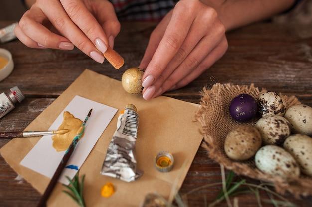 イースターのために卵を着色するプロセス