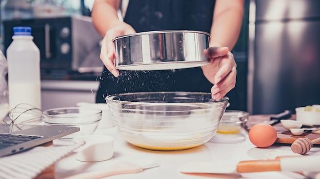 料理の自家製甘いデザートのプロセス。外出禁止令と社会的距離の概念。家にいて、日本のパンケーキスタイルの料理の練習をしましょう。