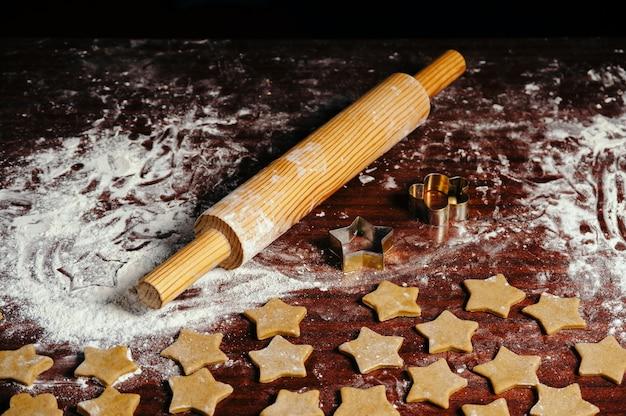 Процесс приготовления домашнего печенья на кухонном столе крупным планом