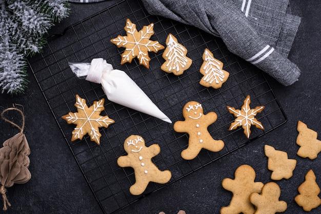 アイシングで飾られた伝統的なクリスマスのジンジャーブレッドクッキーのプロセス