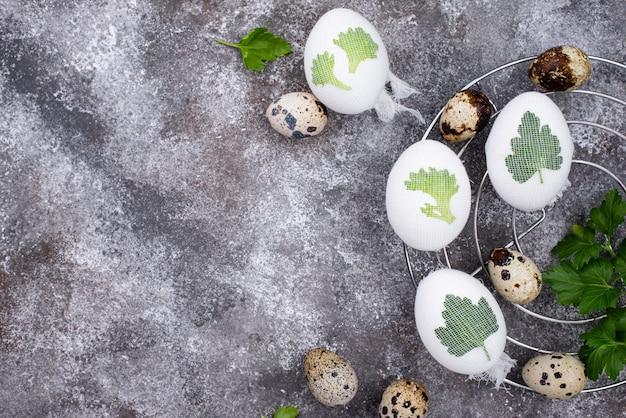 Процесс украшения пасхальных яиц