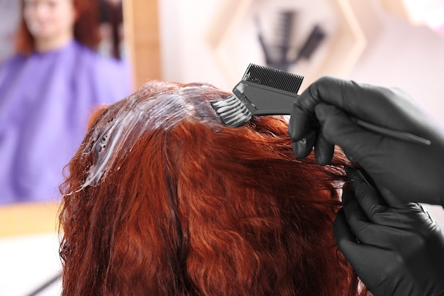 ビューティーサロン、クローズアップで髪を染めるプロセス