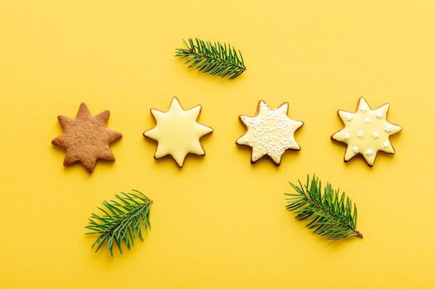 Процесс глазури рождественского печенья в форме звезды пошагово на желтом фоне