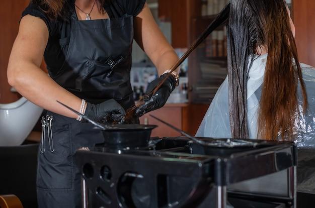 스타일리스트 또는 미용사가 미용실에서 헤어 컬러링을하는 과정