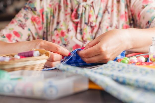Процесс ручного шитья с фетром и иглой