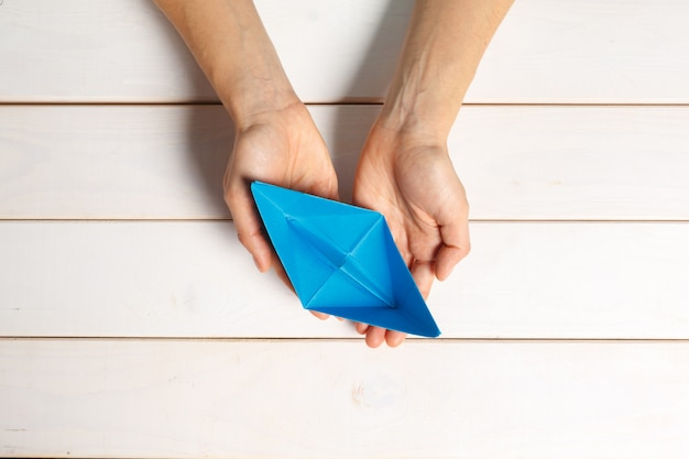 Процесс изготовления бумажного кораблика из оригами