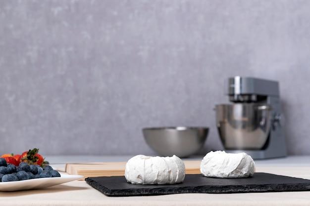 ベリーでケーキを作るプロセス。お菓子の材料。