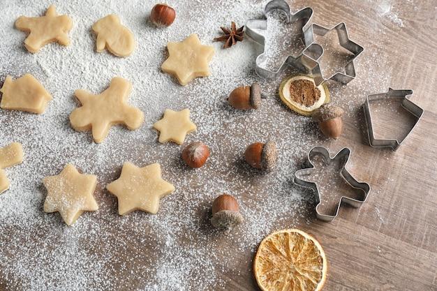 나무 표면에 크리스마스 쿠키를 만드는 과정