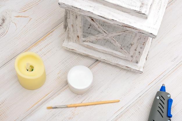 Процесс изготовления декоративного белого картонного фонаря для свечи