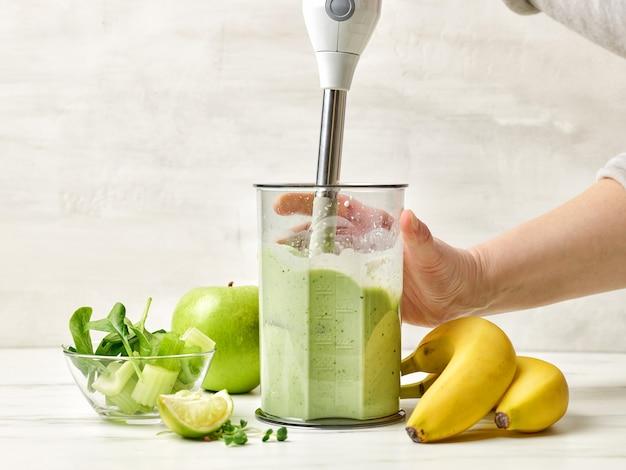 건강한 녹색 아침 식사 스무디를 만드는 과정