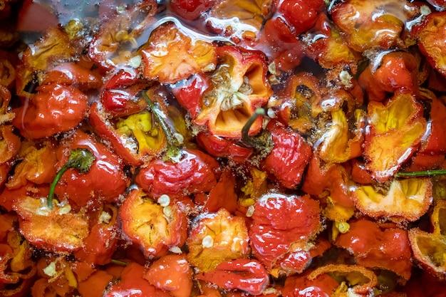 Процесс приготовления горячего масла чили, подготовленного призрачного перца крупным планом, вид сверху