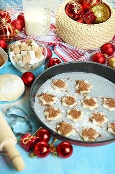 新年のクッキーのクローズアップを作成するプロセス