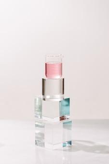 香水を作るプロセス。自然の美しさと有機化粧品のための実験室実験成分抽出物