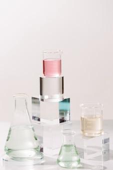 향수를 만드는 과정. 자연 미용 및 유기농 화장품을위한 실험실 실험 성분 추출물