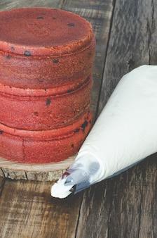 赤いビロードのケーキを作るプロセス