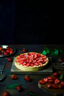 Процесс изготовления пирога с клубникой