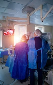 Процесс нейрохирургической операции. селективный фокус со спины.