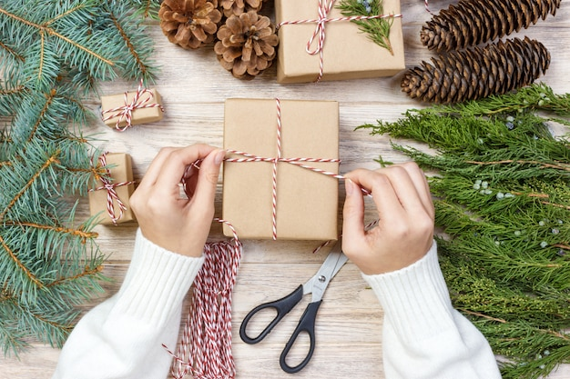クリスマスの箱を梱包するプロセス