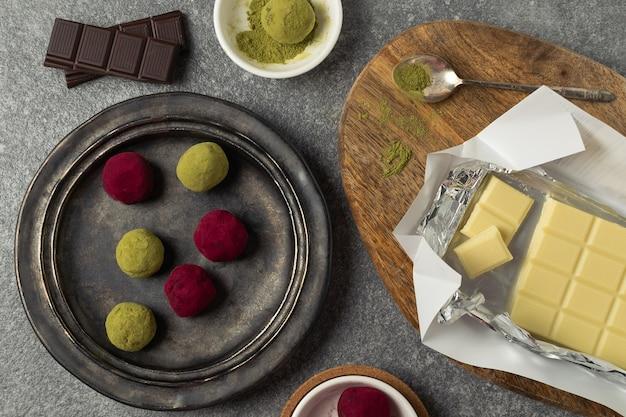 抹茶緑茶とピンクラズベリービートルートトリュフの準備プロセス