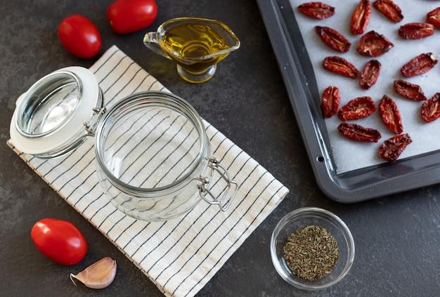 乾燥トマトをスパイスとオリーブオイルの材料で調理用に保存するプロセス