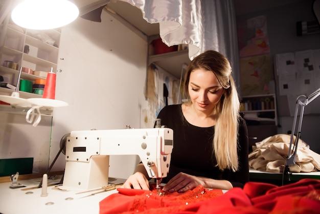 Процесс шитья в ателье или мастерской. пошив и ремонт одежды, самозанятый.