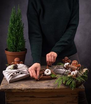 Процесс упаковки рождественской экологически чистой подарочной коробки фуросики