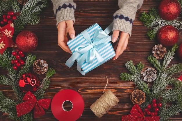 Процесс упаковки подарков и украшения на рождественские праздники крупным планом