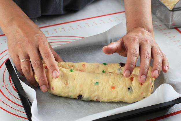 부엌에서 크리스마스 슈톨렌 독일 케이크의 생 반죽을 롤링하는 과정
