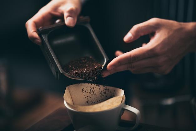 コーヒーフィルタードリッパーキット、バリスタ醸造用のビンテージスタイルのツールでコーヒーを作るプロセス