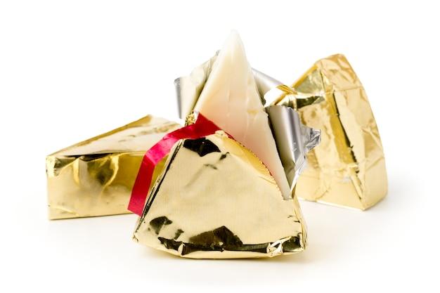 白で開梱されたプロセスチーズの三角形