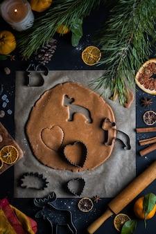 クリスマスと新年のための自家製クッキーの準備のプロセス