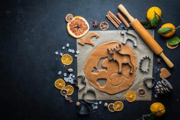 Процессы приготовления домашнего печенья на рождество и новый год
