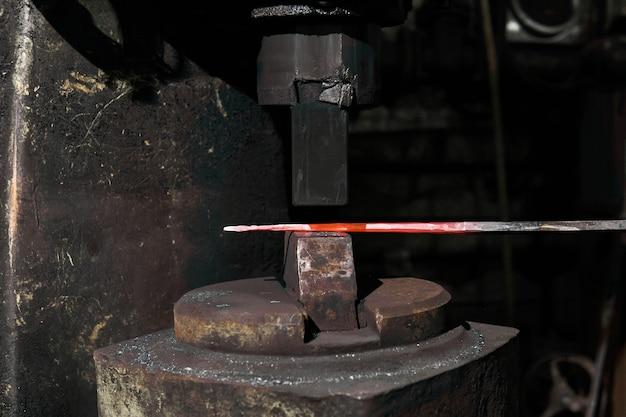 Обработка горячей заготовки пневмомолотом, крупный план