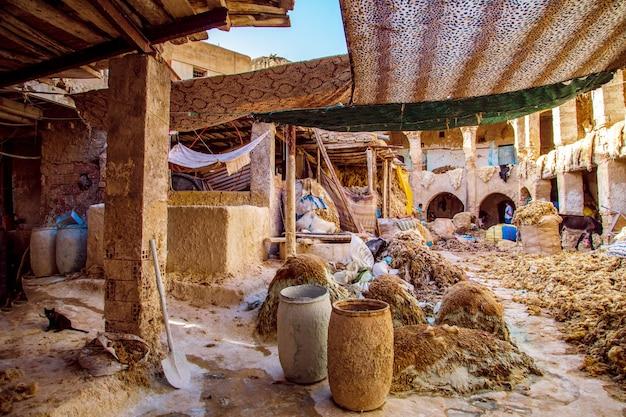 ワークショップでのスキンの処理。モロッコ、フェズ-2019年9月14日。