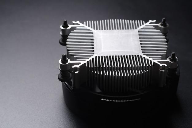 Вентилятор процессора, изолированные на черном фоне часть компьютера