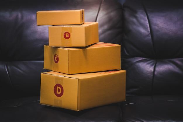 製品の箱または小包の配送、オンラインで製品を購入し、危機の際に速達を行う顧客のためのオンラインショッピング。 covid-19は自宅で独立して動作します。