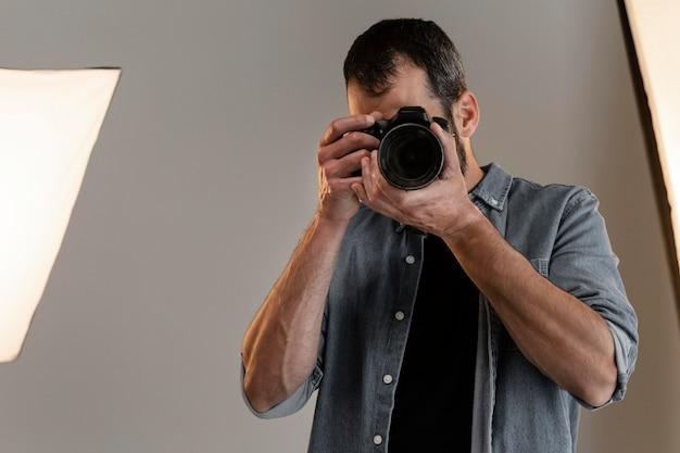 스튜디오에서 카메라로 제품 사진 작가