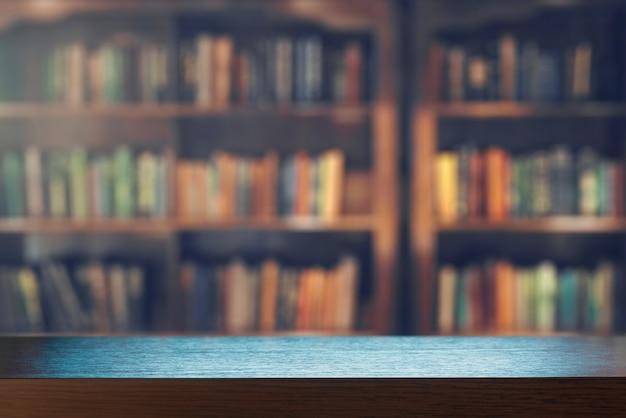 Презентация продукта на деревянном столе на фоне пустой книжной полки в библиотеке