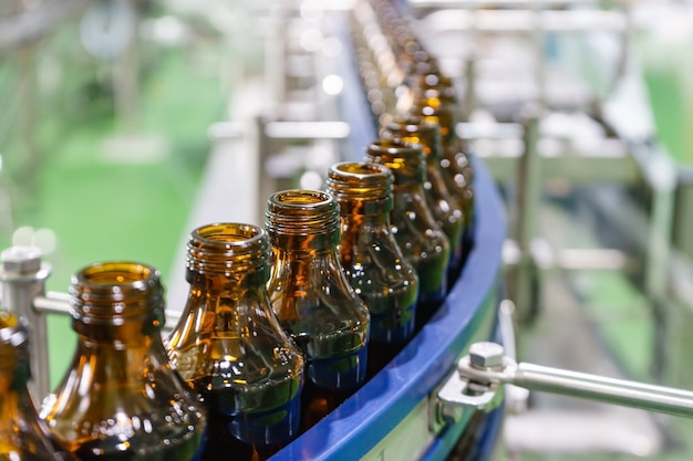 Production of glass bottles without labels on the conveyor belt