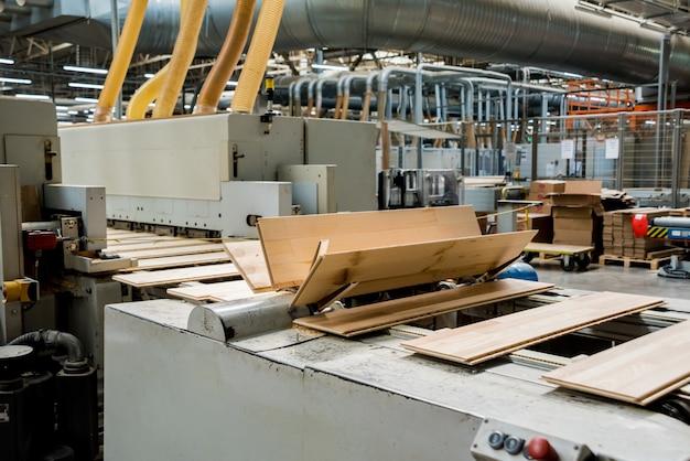 나무 바닥 공장의 생산 라인.